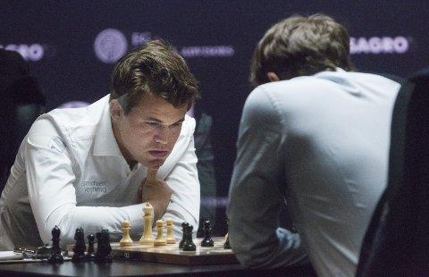 SAKTE: Magnus Carlsen, her i ein tidlegare VM-kamp mot Sergej Karjakin,  har bevist at livet kan vere spennande, også når det går uendeleg sakte. Halve Norge har stått stille i lange periodar i påvente av at han skal flytte bonden og eventuelt truge Fabiano Caruana sin svarte springar. Eller gjere noko heilt anna.