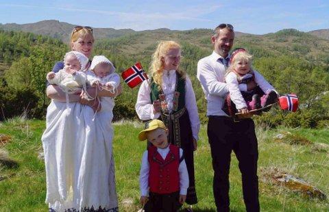 FAMILIEN: Alle sju var samla då Konrad Olai og Nils Kristian skulle døypast.