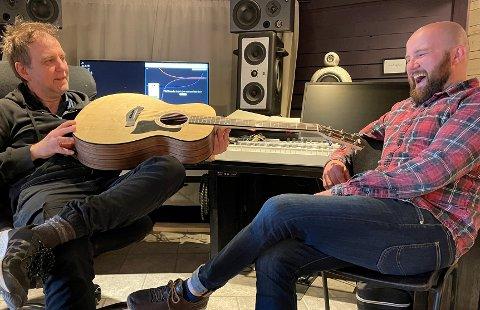 GOD STEMNING: Latteren sitt laust når Eirik Husabø og Jon Valur samlast for å lage musikk. Sjølv om dei må halde seg på ein gitarlengdes avstand av omsyn til koronaviruset.