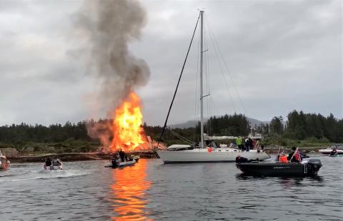 JONSOKBÅL: Jonsokfeiring i Florø går vanlegvis føre seg på Florøvika, med bål på øya Rota. I år vert det ikkje bål her. Bilde frå feiringa i fjor.