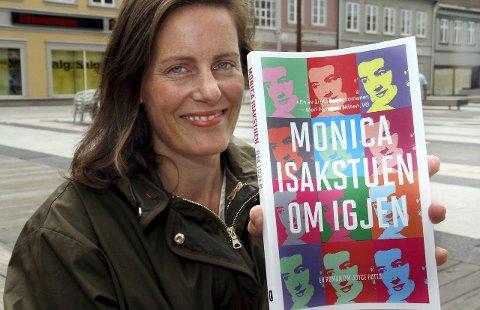 Fornøyd: Monica Isakstuen gleder seg over at Tiden Norsk Forlag nå gir ut romanen hennes «Om igjen» i pocketutgave, med nydesignet omslag. Foto: Svein Kristiansen