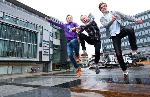 Tøffe gutter: Sivert Lund (14), Edvard Lund (16) og Truls Torp (16) har kastet seg ut fra langt større høyder enn dette.