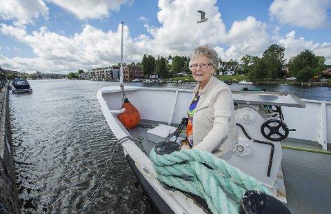 Tilbake på fergerute mellom byene: Birgit Holmen fra Rolvsøy ombord på M/S Skjærhalden i Vesterelva. For rundt 80 år siden reiste hun med «Trippen», passasjerfergen som trafikkerte Glomma mellom Sarpsborg og Fredrikstad fra 1859 til 1941, og som gikk i lysttrafikk de siste årene. Begge foto: Geir A. Carlsson