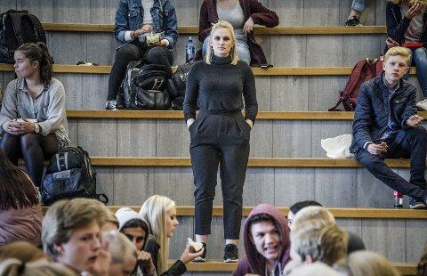 Hett tema: Ifølge Glemmen-elev Sara Fosser-Osholt er fraværsgrensen samtaletema i klasserommene, korridorene og kantina. – Jeg vet ikke om noen elever som er for, sier hun.