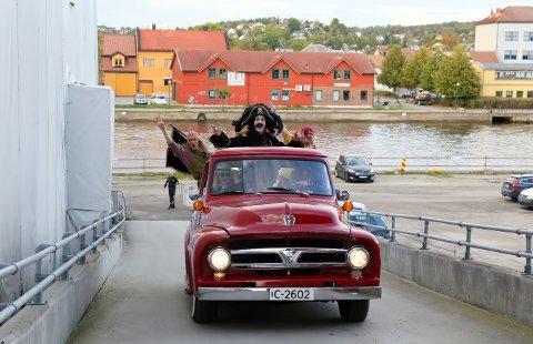 ANKOM I STIL: Siden ikke sjørøverskuter kan seile opp til Stadion, måtte besetningen ta i bruk et annet fremkomstmiddel - en skinnende rød, vintage Buick pick-up.