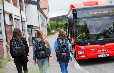 NORMAL RUTE - FREM TIL NÅ: Vanligvis strømmer elevene inn på skolebussene som kjører, men den siste uka har alle skolene vært stengt. Skolebussene har likevel kjørt i normal rute frem til nå.