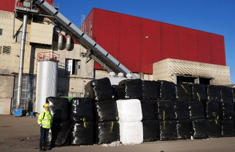Avfall blir fjernvarme på Øra: Frevar-direktør Fredrik Hellström viser oss avfallsballer som skal brennes og skape fjernvarme.  Ansatte ved Frevar styrer også fjernvarmeanlegget på Øra. (Arkivfoto: Øivind Lågbu)