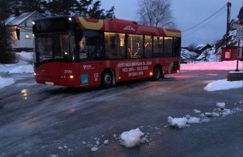 Det var i en periode i vinter særdeles glatt på Hvaler. Her måtte bussen gi opp og ble parkert i Papperhavn.