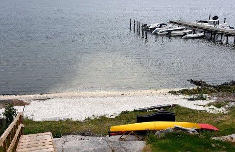 HAR BETALT: Selskapet Boston AS som sommeren 2017 fylte på skjellsand på strendene til fem hytteiendommer på Komperødlandet uten å søke om tiltaket, har betalt bota på 250.000 kroner.