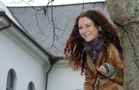 Synger. Helga Johanne Størdal bidrar med sang under minnestunden i Leie kapell på  nyttårsaften.