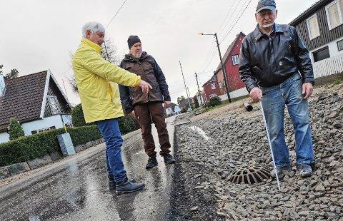GRØFT: Egon Nielsen (t. h.), Egil Jakobsen (t. v.) og Jon Pagander mener kommunens nye grøfter er overdimensjonert og går på trafikksikkerheten - og parkeringsmulighetene, løs.