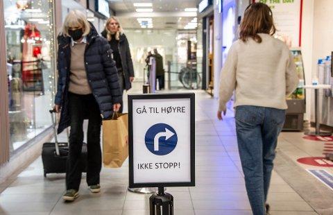 Kundene i Torvbyen får klar melding om nøyaktig hvor de skal gå – og hvor de ikke skal stoppe.