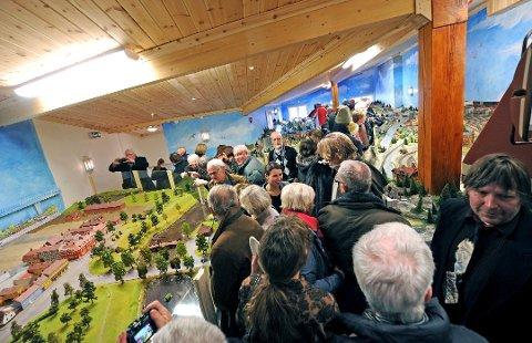 ÅPNER IGJEN: Gamlebyen modelljernbanesenter åpner lørdag, men det blir ikke like folksomt som på bildet. Maks 50 personer slipper inn av gangen, og de må holde en meters avstand. Arne Børresen (til høyre i bildet) er optimistisk for sommersesongen.