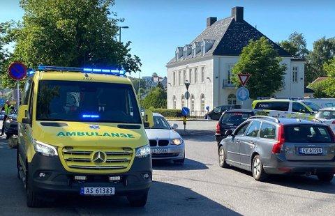 Kollisjonen førte til kun mindre personskader. Én person tas med av ambulanse til legevakt for sjekk.