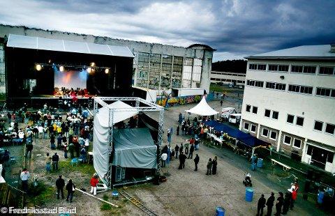 Månefestivalen 2005 på FMV-området på Kråkerøy: Lite besøk under konserten med Åge Aleksandersen og Sambandet på Scene Jupiter. Foto: Adrian Øhrn Johansen, 12.06.2005