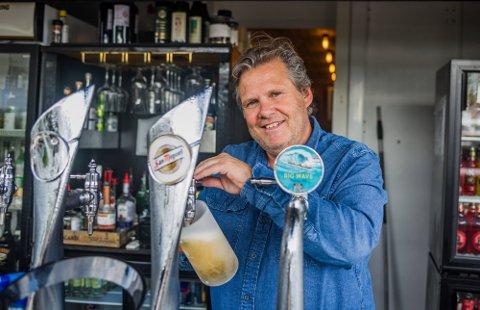 Jan Bergmann Johansen, eier av Sand Bar og Restaurant, forteller om mange øltørste gjester i fjor. Totalt ble det solgt over ti tusen halvlitere ved restauranten i løpet av sommersesongen.