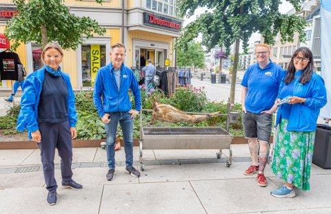 Høyres fire toppkandidater, Ingjerd Schou (f.v.), Tage Pettersen, Fredrik Holm og Marianne Klever Næss, serverte lam ved Stortorvet lørdag.