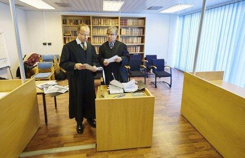 Tysfjord kommunes advokat, Roald Angell, og kvinnens advokat, Ingar Nikolaisen Kuoljok da saken gikk for Ofoten tingrett. Foto: Kristoffer Klem Bergersen/Fremover