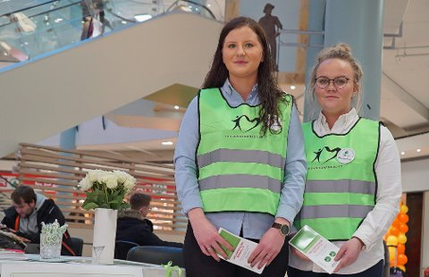 ENGASJERT: Her står Tone Johansen og Iselin Rustad for å spre budskapet om organdonasjon. Arkivfoto: Odd-Georg H. Benjaminsen