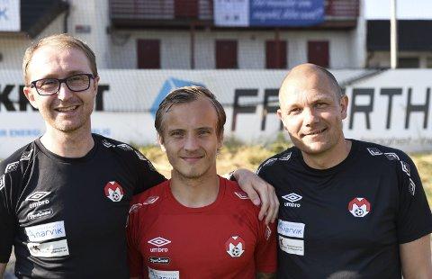 PÅ PLASS: Mathias Nicolaisen, i midten, kom hjem fra Fredrikstad mandag og var på plass på første Mjølner-trening etter fotballferien. Det var trenerne Stian Johnsen (t v) og Inge Hasselberg fornøyd med.
