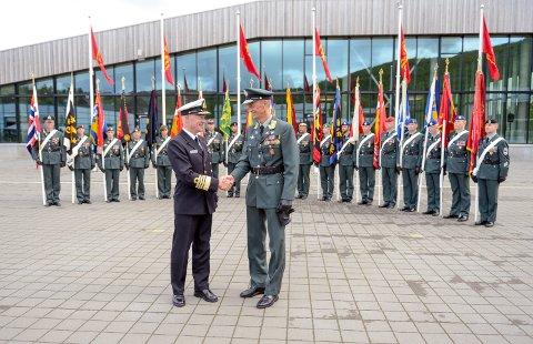 Forsvarssjef Haakon Bruun-Hanssen ga Eirik Kristoffersen kommando over Forsvarets største våpengren, Hæren, under en seremoni på Bardufoss mandag formiddag.