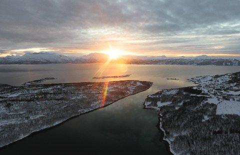 TILBAKE: Søndag kom sola tilbake, og speilet seg i Ofotfjorden. Men det kan bli lenge til neste gang, ifølge meteorologen.