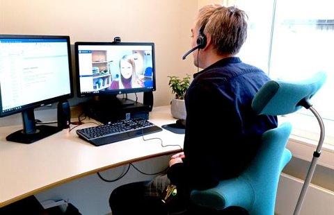 Tallet på videokonsultasjoner økte veldig under koronapandemien. Foran skjermen er psykolog ved Barne- og ungdomspsykiatrisk avdeling, Jonas Møller. Personen på skjermen er med som illustrasjon.