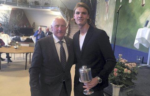 Legende: Julian Kristoffersen ble tildelt «Granen» av den danske fotball-legenden Niels-Christian Holmstrøm.