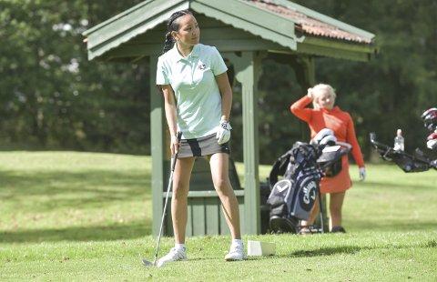 KLAR FOR UTSLAG: Silje Yuan Brekken fra Borre Golfklubb gikk til topps i eldste klasse. Amanda Kløw-Prebesen fra Sandefjord venter på tur.