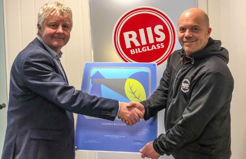 MILJØSERTIFIKAT: Odd Magne Dahl, avdelingsleder ved Horten Bilglass AS, er glad for at de valgte å bli en miljøsertifisert bedrift. Ordfører Are Karlsen (t.v.) gratulerer.