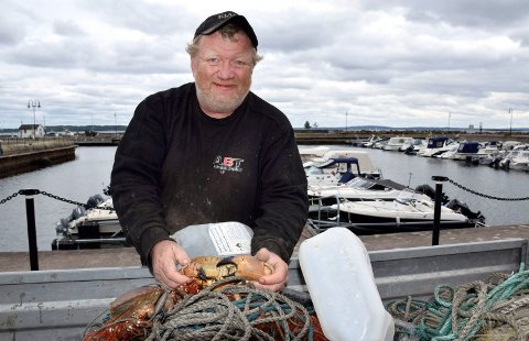 KRABBEFANGST: Morten Arnesen hentet opp rundt 175 krabber onsdag formiddag. – Det er nesten for mange av dem nå.