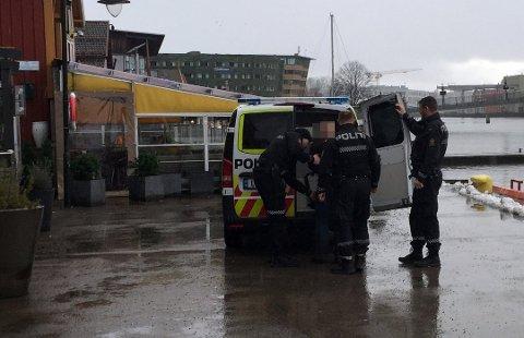 HENTET AV POLITIET: Her blir en av de to mennene tatt med inn av politipatruljen på Brygga i Tønsberg.