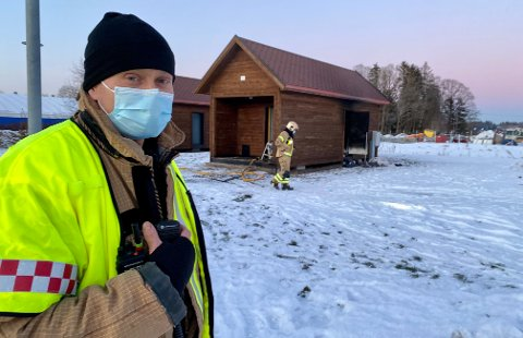 RASKT PÅ STEDET: Utrykningsleder Thomas Klavenæs og hans folk så brannen fra brannstasjonen.