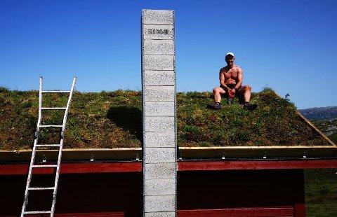 29. juni i fjor kunne Tom Kenneth Gilje glede seg over at torvtaket på Dokkolstølen var ferdig.