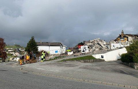 I midten av april startet rivingsarbeidet i Slakthusbakken. Her skal det bygges leilighetskompleks og rekkehus.