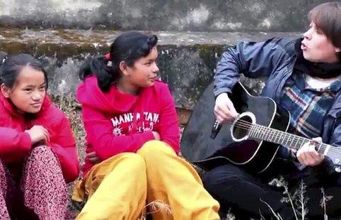 SPILL FOR OSS: Roger Græsberg spilte og sang for jentene ved Balika Peace Home. Det blir en stor artistmønstring til inntekt for barnehjemmet i Nepal. FOTO: ANDERS AUBERG