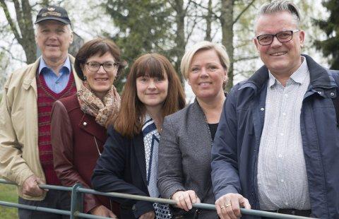 FORNØYDE: Lokale representanter for regjeringspartiene og støttepartier er tilfredse med at flere lokale prosjekter i år blir tilgodesett med midler som et ledd i kampen mot å bekjempe barnefattigdom. Fra venstre Thor Ringsbu (KrF), Inger Noer (V), Eli Wathne (H), Anne Mette Øvrum (H) og Johan Aas (Frp). FOTO: PER HÅKON PETTERSEN