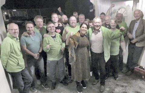 JUBEL: Det var jubel på Senterpartiets valgvake mandag kveld, og nå vil listetopp Knut Gustav Woie, sammen med varaordførerkandidat Kari Resellhagen Bergersen (i forgrunnen), ha begge inn i styrende roller.BILDER: SIGMUND FOSSEN