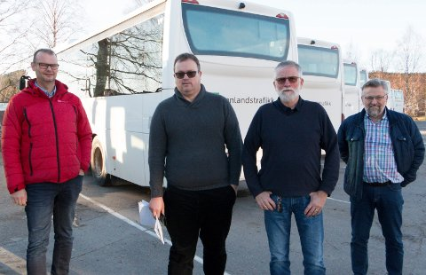 ADVARER: Anbudspraksisen fører til dårligere arbeidsvilkår for sjåførene og et svekket lokalt kollektivtilbud for passasjerene, mener Anders Kollmar-Dæhlin i Fagforbundet (fra venstre), Alf-Tore Pedersen, bussjåfør og kommunepolitiker, Ola Skorem, tillitsvalgt for lokale bussjåfører, og  fylkestingsrepresentant Sjur Strand (Ap)
