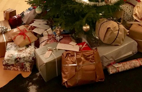 """Lillehammerfamiliens smultringer, lefser og julegaver fra familien ligger hos Posten på Hamar, til tross for at Posten skrøt av """"rent bord"""" Julaften. Illustrasjonsfoto"""