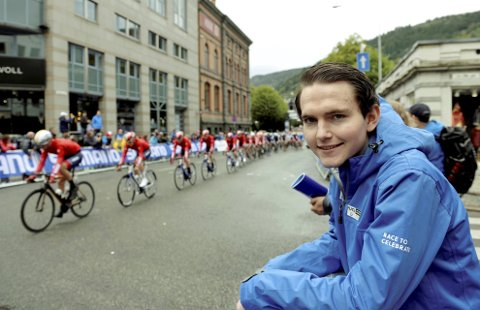 PÅ INNSIDEN: Njål Eivind Kleiven har vært ansatt som kommunikasjonsrådgiver i sykkel-VM. – Det har vært en travel tid, men verdt det, sa Njål mens han så U23-gutta suste forbi i målområdet. Foto: Kjell H. Vollan