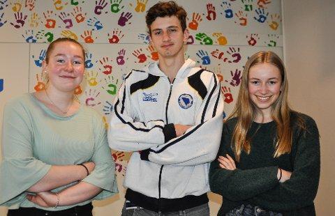 KLARE: Selma Hoel Sandsengen (til venstre), Imran Grabovac og Anne Berit Alm fra Brandbu ungdomsskole er klare for semifinale i Klassequizen.