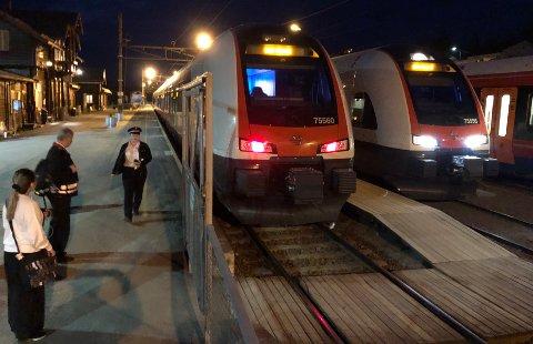 TOGENE STÅR: I pinsehelga blir det buss for tog på Gjøvikbanen.