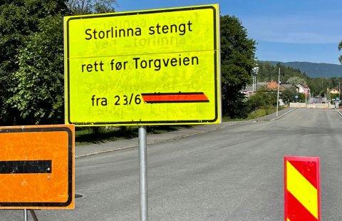 ÅPENT. Nå er dette skiltet i Storlinna fjernet og vegen er åpen for gjennomgangstrafikk.