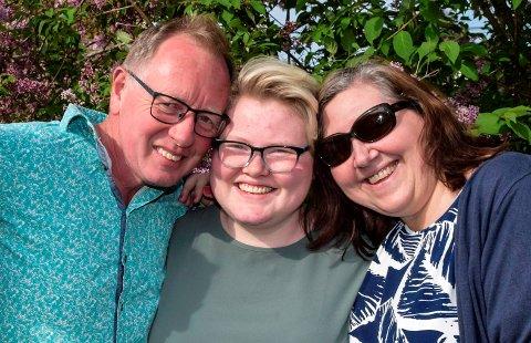 MOR OG FAR: Hele familien Søfferud har stått sammen og kjempet for Marens skolemiljø og liv fra hun var skolestarter. Far Hans Martin og mor Monica gleder seg nå sammen med Maren over hennes egen viktige seier.