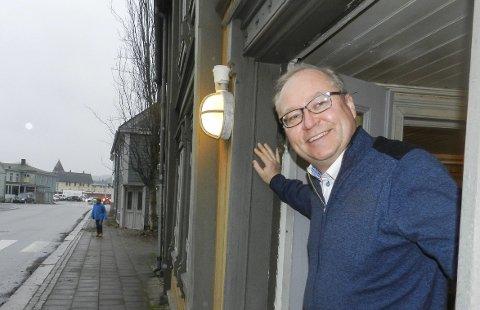 KONSERVATIVEN: Jens Bakke står her ved Konservativen, som det faktisk var planer om skulle rives og bli til et stort møbelsenter. Kommunen kjøpte Konservativen etter hvert. Foto: Hanne Eriksen