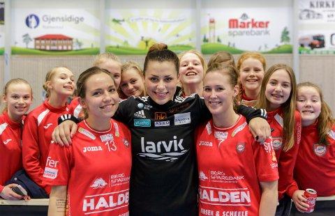 Nora Mørk sammen med Melanie Felber (tv) og Malene Staal etter kampen.