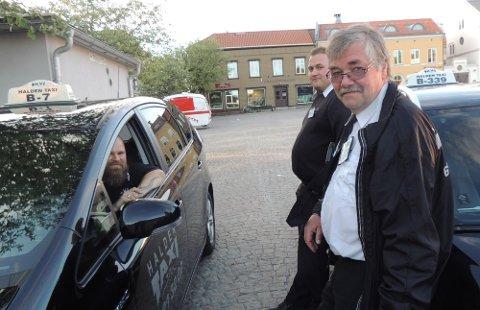 KLARE FOR 16.MAI: Taxisjåførene Erik Borvik, Jon Fredrick Norén Eriksen og Magne Løvig er de eneste som befinner seg på Torget klokka 20.30.