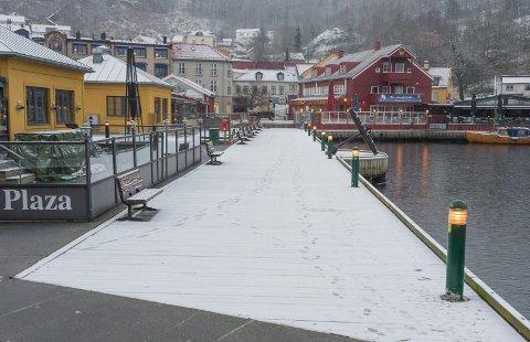 HVITT PÅ BAKKEN: Tirsdag morgen våkner de fleste i Halden og Aremark til snø på bakken. Meteorologen varsler kaos i morgentrafikken i Østfold.