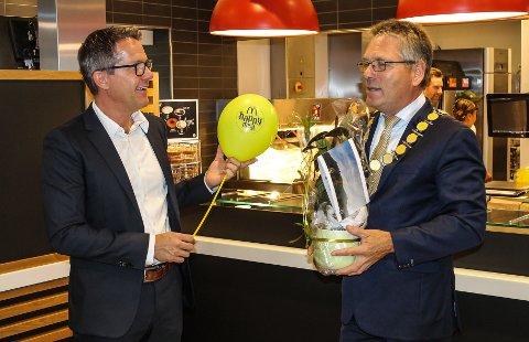 ÅPNET: Franchisetager Emil Johansson og ordfører Thor Edquist åpnet torsdag formiddag den nye restauranten på Svinesundparken.